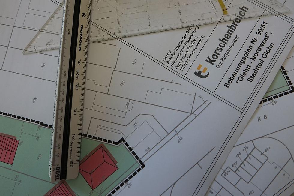 Planskizze und Lineal vom neuen Baugebiet in Glehn