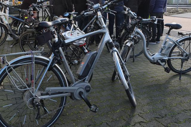abgestellte Räder vor dem Presse-Pavillon, dahinter Gästegruppe