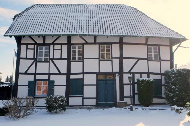 Die alte Vikarie an einem verschneiten Wintertag