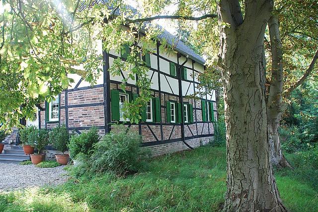 Außenansicht Zollhaus. Ein Fachwerkhaus im Grünen. Die untere Hälfte des Hauses ist aus Backstein.