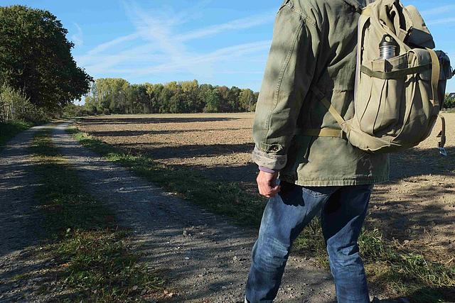 Wanderer auf dem Feldweg zur Pescher Hochzeitswiese