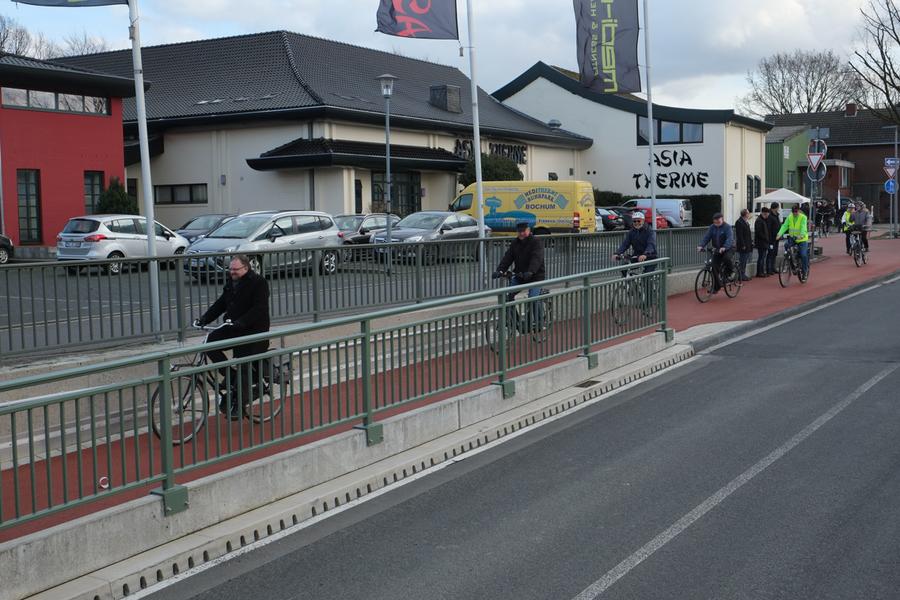 Fahrradgruppe testet den Radweg vor der Asia-Therme