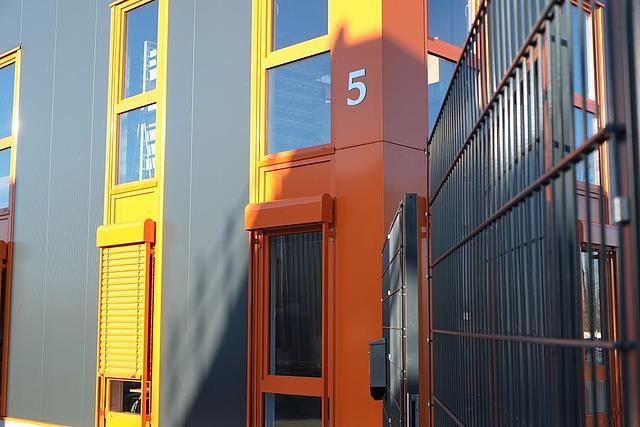 Eingangstür Detail in gelb und orange im Gewerbegebiet