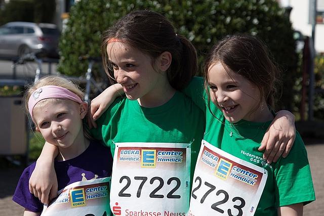 City-Lauf: Drei Teilnehmerinnen (Mädchen) sind am Ziel