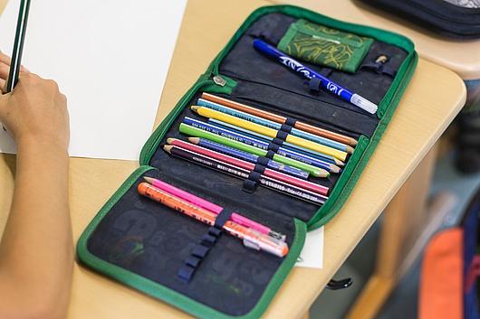 geöffnetes Federmäppchen mit Stiften