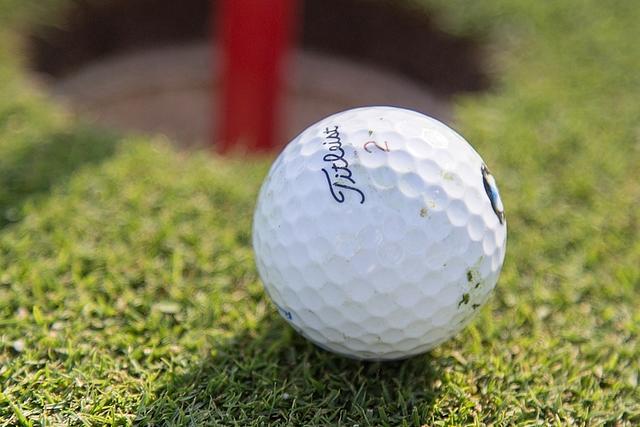Nahaufname Golfball für dem Loch