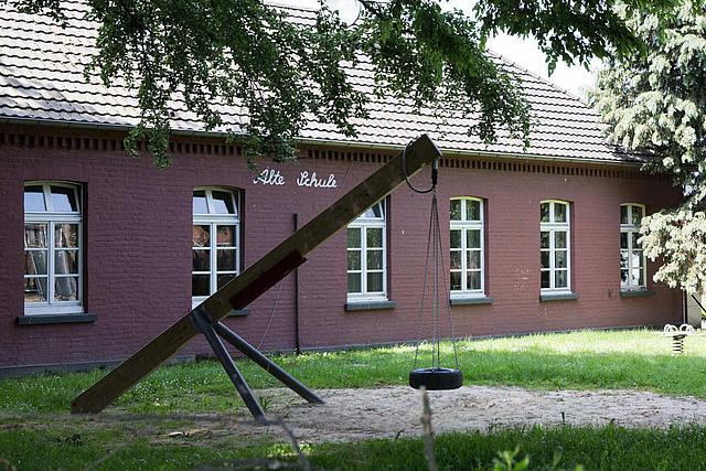 Ansicht Alte Schule Steinforth mit Spielplatz