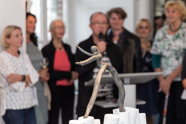 Erööfnung einer Ausstellung im Kulturbahnhof. Eine kleine Statur ist im Vordergrund