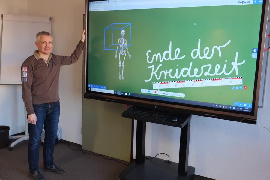 IT Experte Uwe Ganter Boedecker mit einer neuen digitalen Tafel