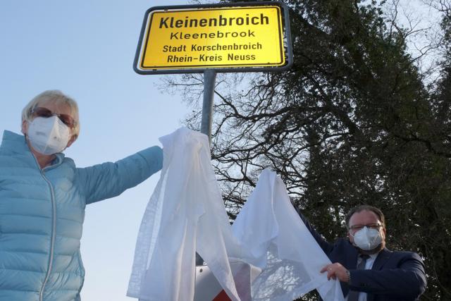 Marlene Hoesen und Marc Venten enthüllen das neue Schild in Kleinenbroich