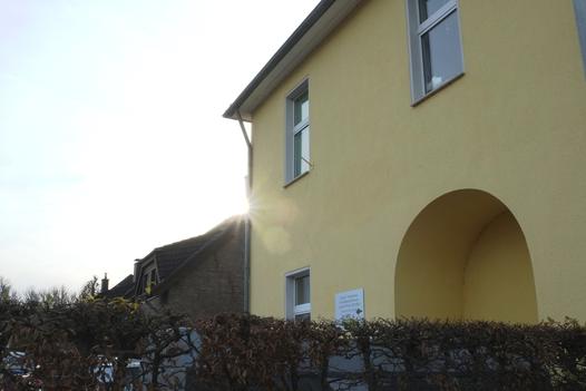 Von der Hochstraße betrachtetes Detail des gelb gestrichenen Baukörpers