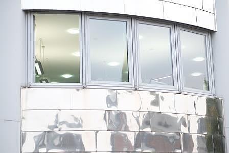 Detailansicht Front modernes Gebäude mit Spiegelfassade