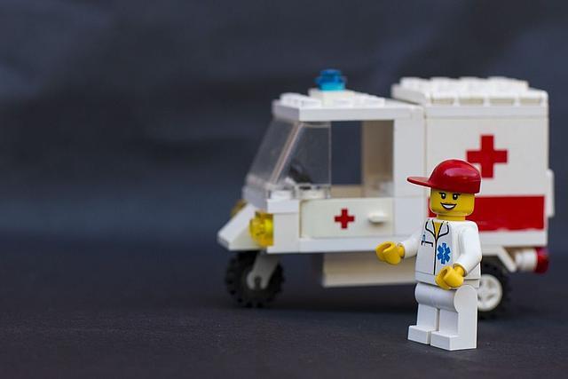 Legofigur Rettungssanitäter mit Krankenwagen