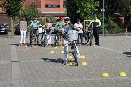 Senioren beim Fahrradtraining vor dem Korschenbroicher Rathaus