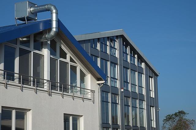 weißer und silberner Dachgiebel im Gewerbegebiet