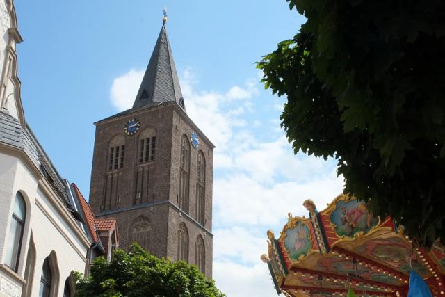 Pfarrkirche St Andreas vom Hannenplatz aus fotografiert mit Kinderkarussell