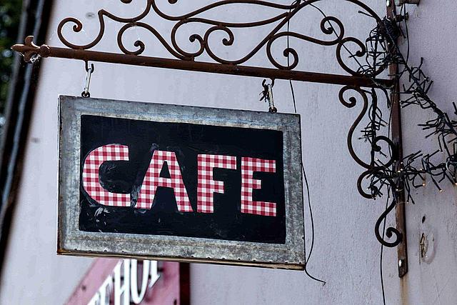 Cafe Schild auf Schiefertafel an Ambientehof