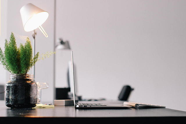 Bürosetting mit Schreibtisch, Handy, Laptop, Lampe, Pflanze