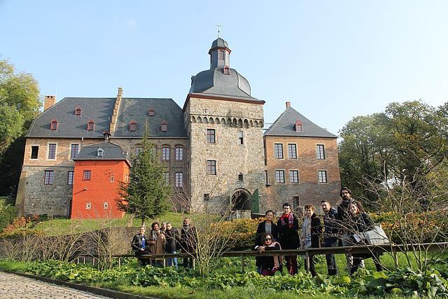 Gruppenbild Komponisten AvantGarten vor dem Schloss Liedberg