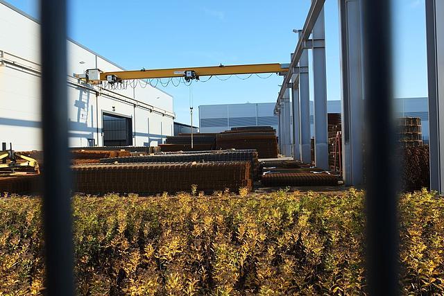 Blick durch den Zaun in Stahlhandel Aussengelände Glehn