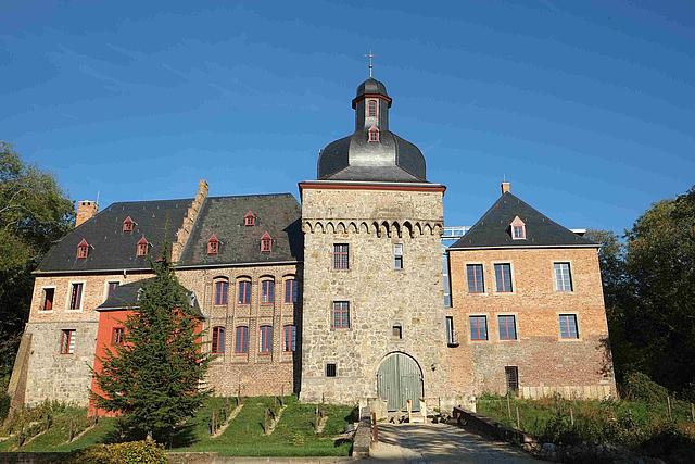 Schloss Liedberg im Sonnenschein frontal