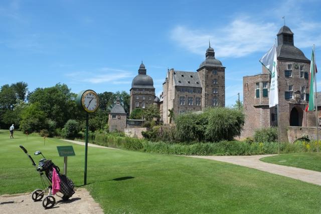 Panorama Schloss Myllendonk mit Golfwagen im Vordergrund