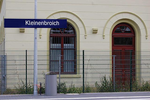 Gleisbereich und Bahnhöfsgebäude Kleinenbroich