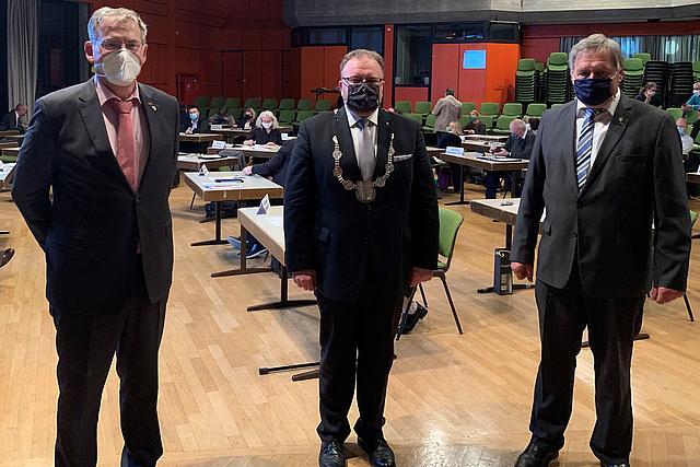 BM Venten (Mitte) und seine Stellvertreter Türks (r.) und Richter mit Masken in der Aula