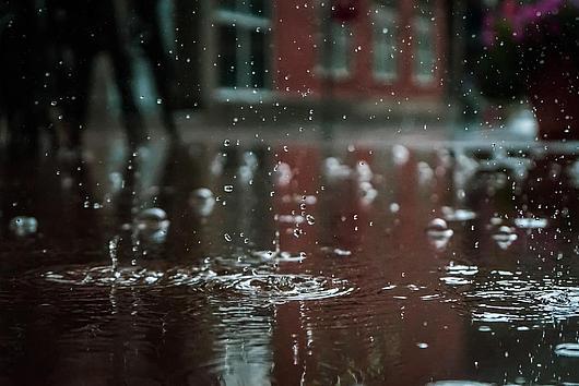 Regentropfen in Pfütze
