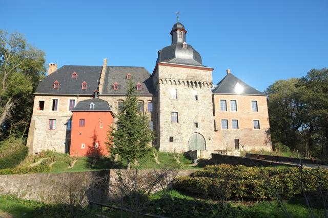 Frontalansicht des Liedberger Schlossgebäudes im Sommer