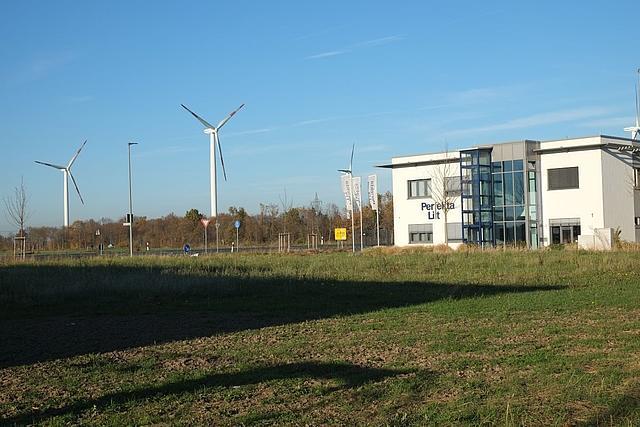 Freifläche im Gebwerbegebiet Glehn Ost vor Gebäude und Windrädern