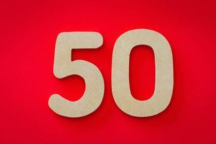 goldene Ziffer 50 auf roten Hintergrund