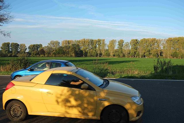 Fahrzeuge kreuzen auf Landstraße zwischen Liedberg und Pesch