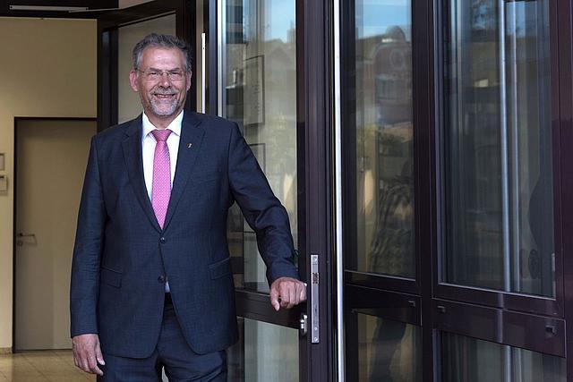 Albert Richter tritt aus der Rathaustür heraus