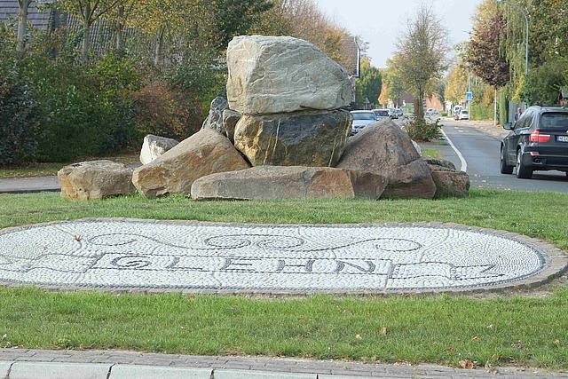 Kreisverkehr Ortseingang Glehn mit  Schriftzug Glehn aus Kieselsteinen