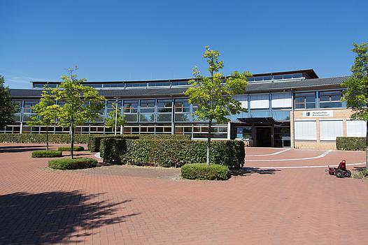 Außenansicht mit Eingang Hauptschule in Kleinenbroich