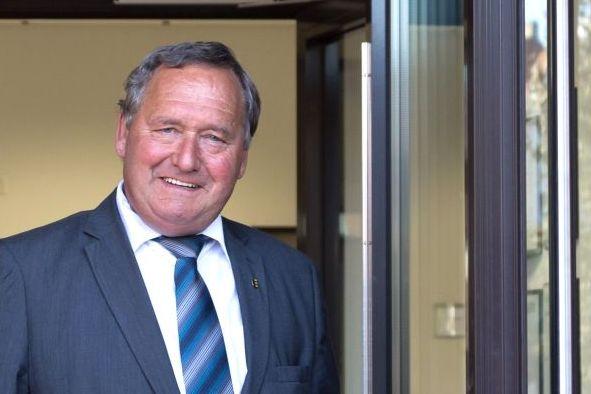 zweite stellvertrende Bürgermeister Türks öffnet die Rathaustür