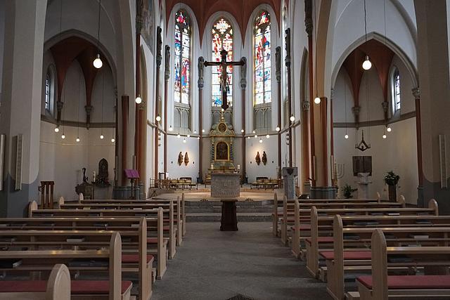 Der Innenraum der St. Andreaskirche. Im Mittelpunkt steht der Altar.