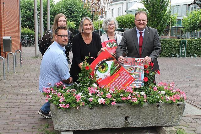 Bürgermeister Venten gemeinsam mit den Veranstaltern des Korschenbroicher Kunstfrühling vor dem Rathaus