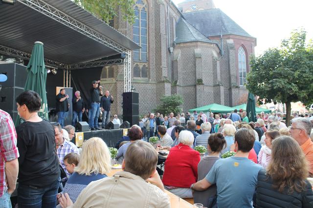 Publikum vor der Bühne an der Kirche beim Herbstfest