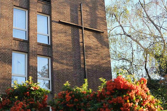 Detailaufnahme: evangelische Kirche Außenwand mit Kreuz