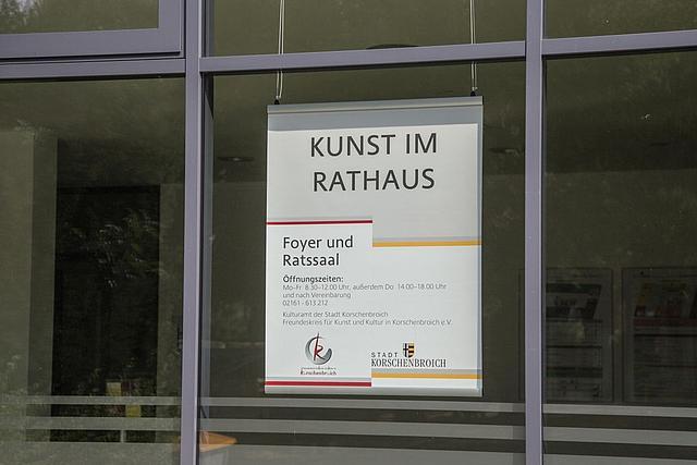Plakat im Eingangsbereich des Rathaus. Hinweis auf Kunst im Rathaus