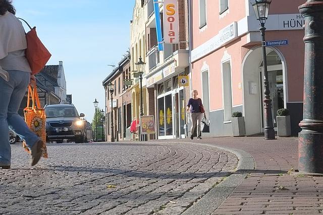 Schnappschuss Pflasterung Sebastianusstraße mit Menschen