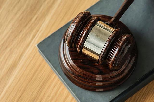 Detailaufnahme eines Hammers bei Gericht