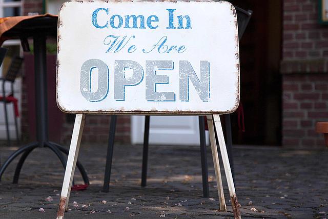 Göffnet Schild vor dem Himmlischen Cafe in Glehn