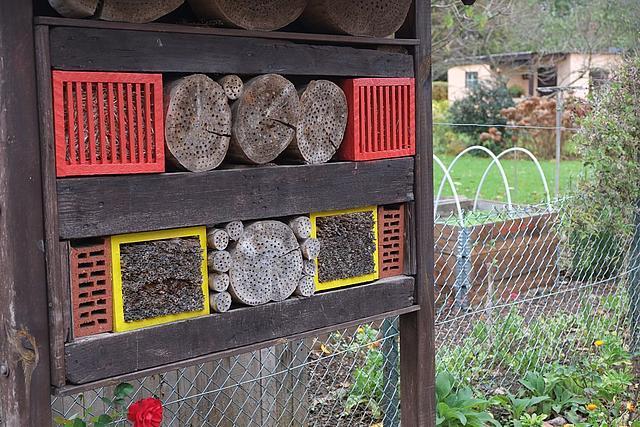 buntes Insektenhotel aus Steinen und Naturmaterialien