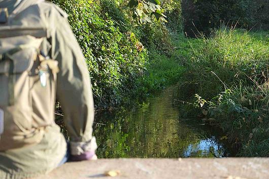 Wander legt Rast ein am Jüchener Bach