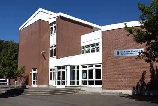 Seitlicher Blick auf den Eingang zur Realschule