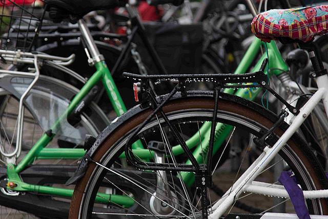 Nasse Fahrräder im Fahrradständer