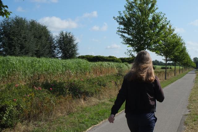 Walkerin geht am Dycker Feld entlang